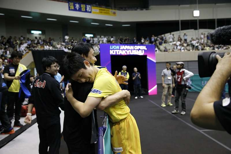 日本「怪物少年」張本智和昨天在日本公開賽中,逆轉擊敗中國大滿貫得主張繼科,賽後與父親擁抱。 (圖取自乒乓球聯合會臉書)