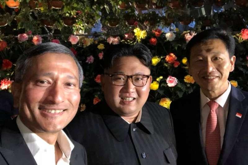 川金會前夕,北韓最高領導人金正恩忙裡偷閒,夜遊新加坡的濱海灣花園,並與星國外長維文(左)、教長王乙康合影自拍。(維文臉書)