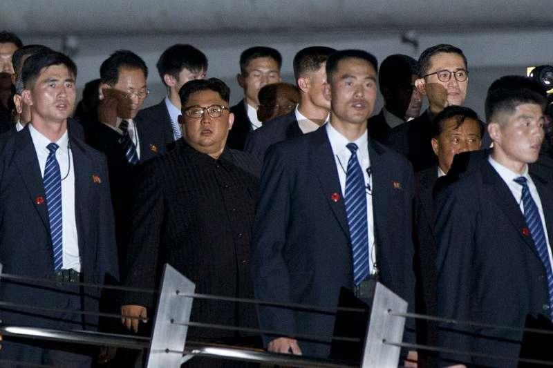 北韓最高領導人金正恩的維安嚴密,到新加坡參與川金會時,多名身穿黑色西裝的貼身保鑣護駕。(美聯社)