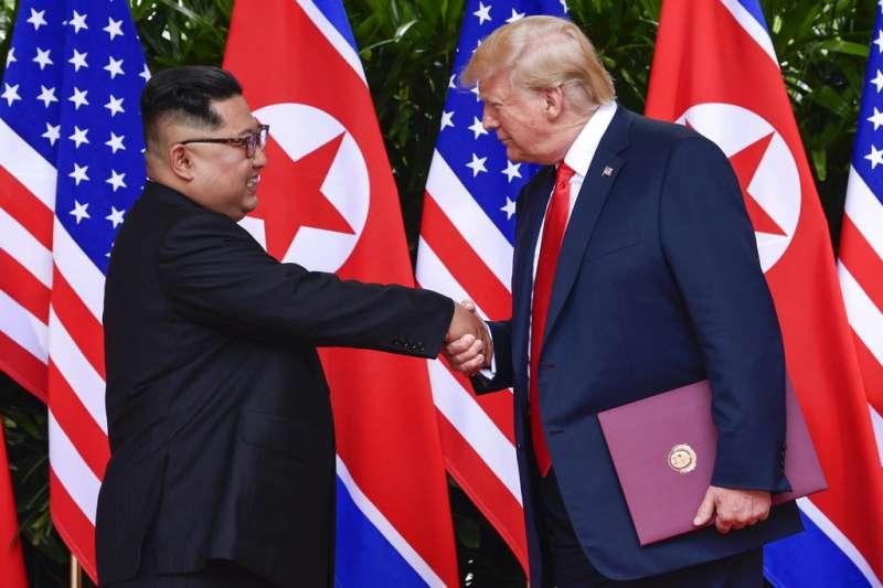 川普與金正恩握手道別。(AP)