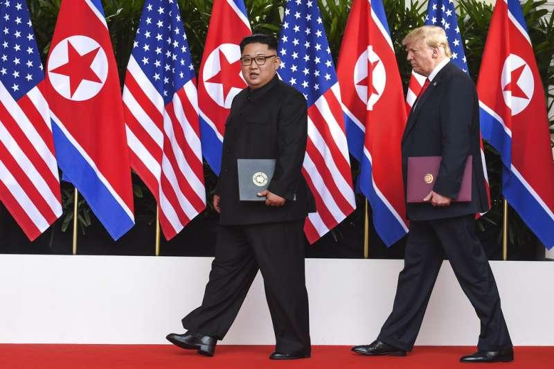 川普與金正恩簽署聯合聲明後,現身酒店外頭。(AP)