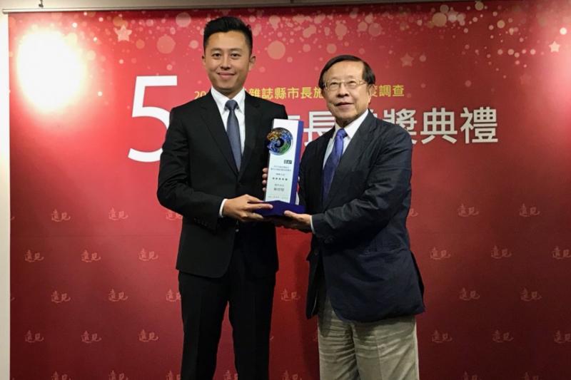林智堅11日出席贈獎典禮,由創辦人高希均頒發獎項。(圖/新竹市政府提供)