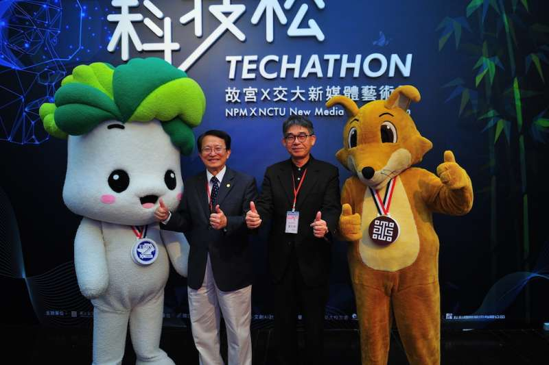 故宮副院長黃永泰(右)、交大校長張懋中與吉祥物合影。(圖/國立交通大學提供)