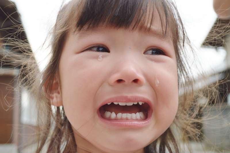 高高興興帶孩子出門,沒想到孩子卻哭鬧不休,你也常遇到類似狀況嗎?其實父母在外出前先做好準備,面對孩子突如其來的哭鬧就不至於慌了手腳。(示意圖非本人/photoAC)