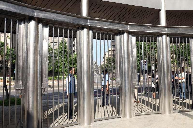 20180612_07.民眾進入AIT前的第一道鐵門,後續還有兩道安全門,才會進入館區。AIT,AIT新館。(蘇仲泓攝)