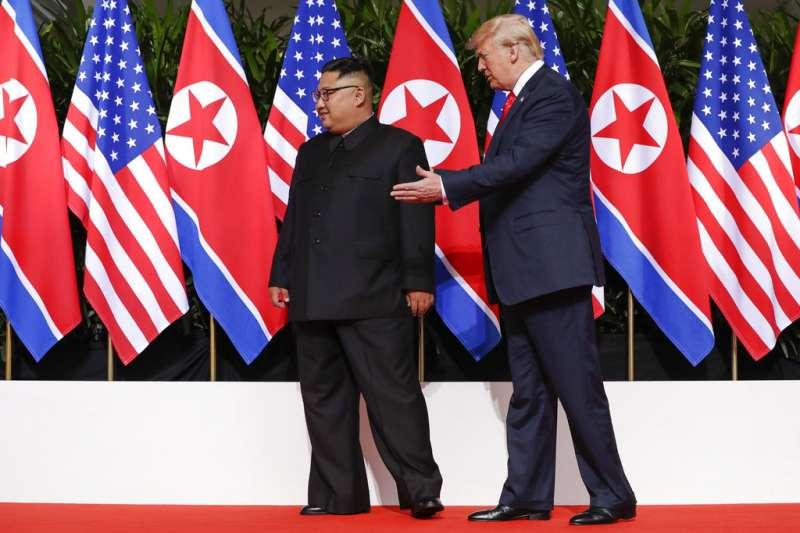 2018年6月12日,美國總統川普與北韓最高領導人金正恩在新加坡嘉佩樂酒店會面,展開世紀「川金會」。(AP)