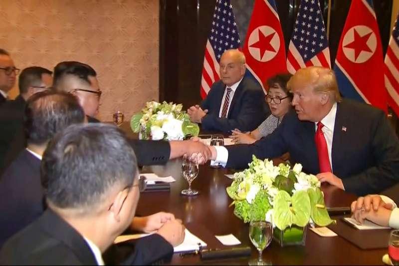 川普與金正恩一對一會面後,雙方官員加入峰會討論。AP