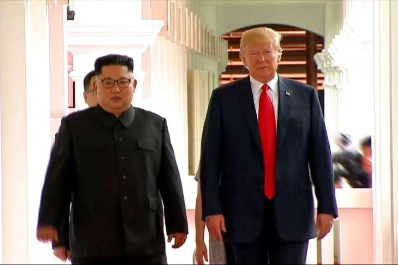 金正恩與川普現身在酒店走廊。(AP)