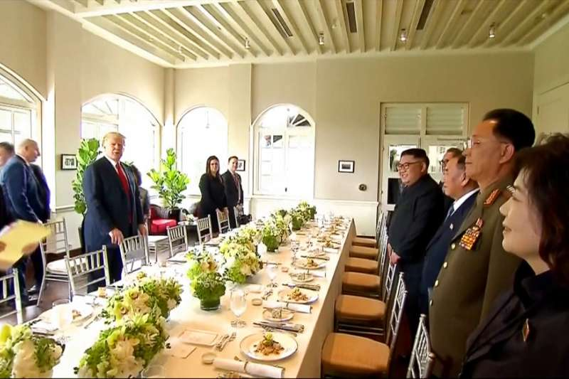 川普、金正恩與兩國高層官員共享午餐。(AP)