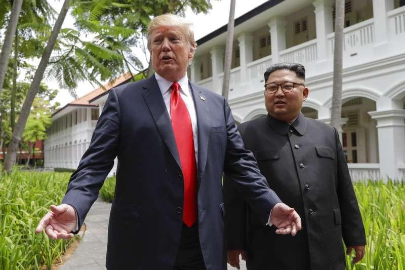 2018年6月12日新加坡川金會,川普與金正恩餐後散步現身。(AP)