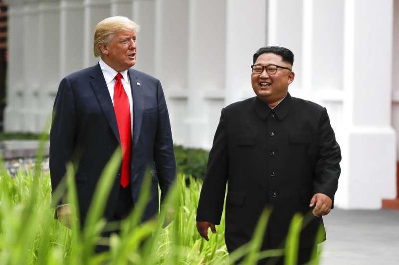 川普與金正恩餐後散步現身,神情愉悅。(AP)