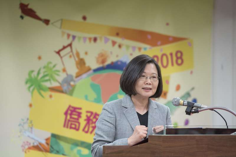 用「湯匙喝珍奶」成為熱門議題,總統蔡英文今說「湯匙不也可能是塑膠的嘛?」(資料照,翻攝「蔡英文 Tsai Ing-wen」臉書)