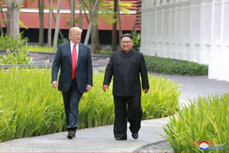 2018年6月12日新加坡川金會,金正恩與川普在會場嘉佩樂酒店散步(朝中社)