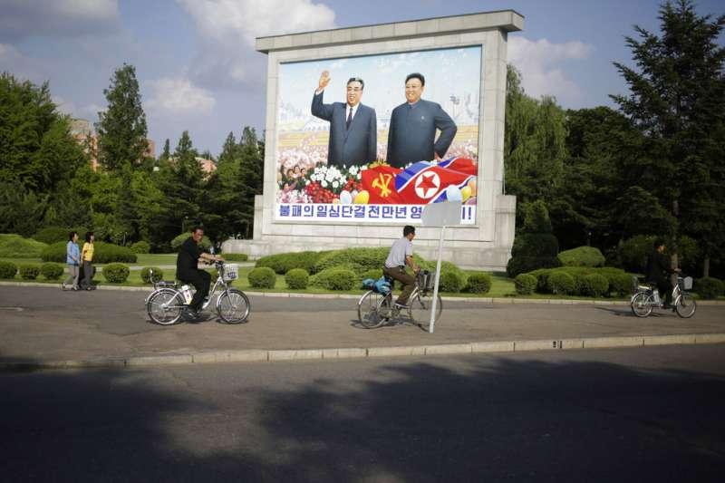 北韓前任領導人金日成(左)、金正日(右)的看板。(AP)