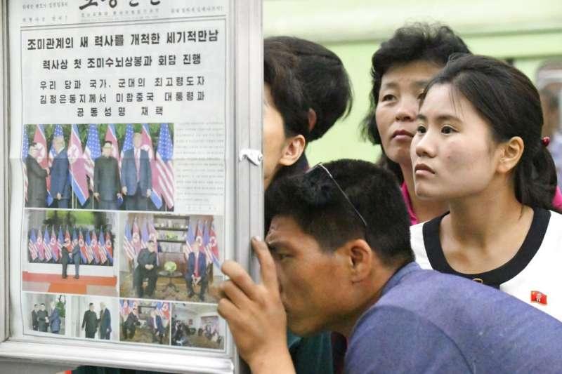 2018年6月13日,北韓民眾關注川金會報導。(AP)