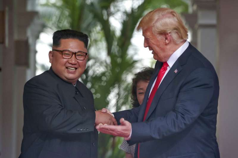2018年6月12日,川普與金正恩在新加坡舉行美朝領導人峰會。(AP)