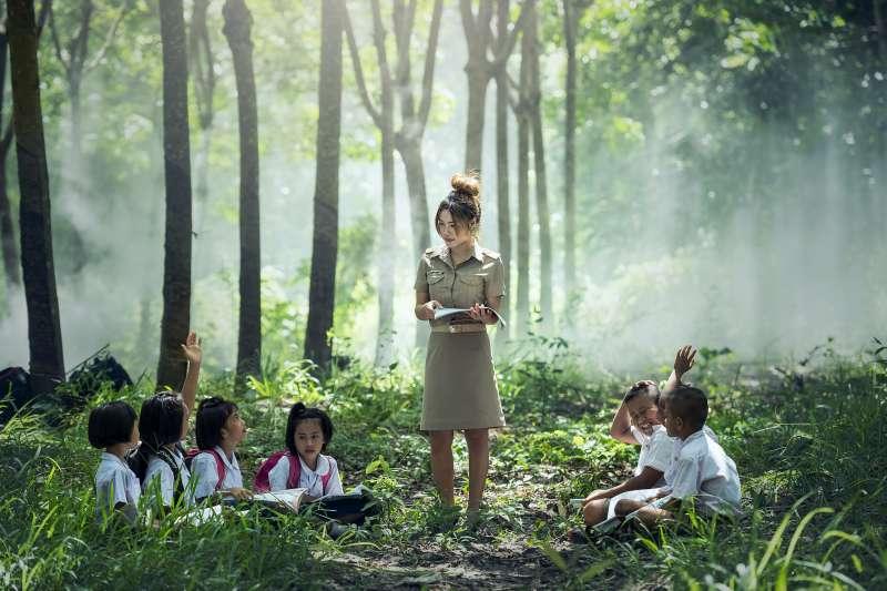 近年芬蘭、美國、英國、澳洲與日本不約而同開始重視「戶外教育」,希望能呼應未來教育的需求,台灣也正搭上這波國際趨勢。(圖/sasint@pixabay)