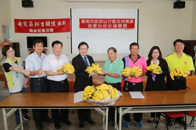 台南市長李孟諺代表市府,以行動支持蕉農送愛心到社福團體。(圖/台南市政府提供)