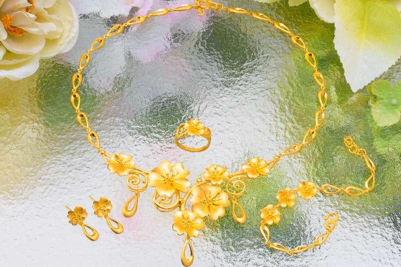 金寶珍銀樓黃金樣式選擇多元,結婚金飾實用保值又討喜。