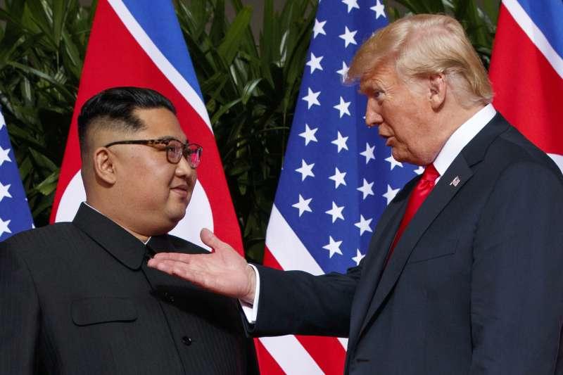 2018年6月12日的「川金會」,美國總統川普與北韓最高領導人金正恩在新加坡相見,可說是2018年最受矚目的事件。(AP)