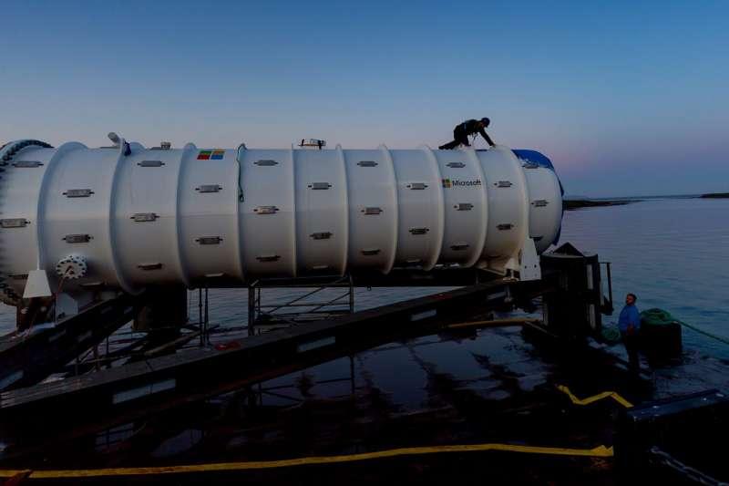 微軟的海底資料中心的12個機櫃內含27.6PB(約足以儲存500萬部電影)的空間及864個伺服器,能沉在海底長達5年。(圖/Microsoft)