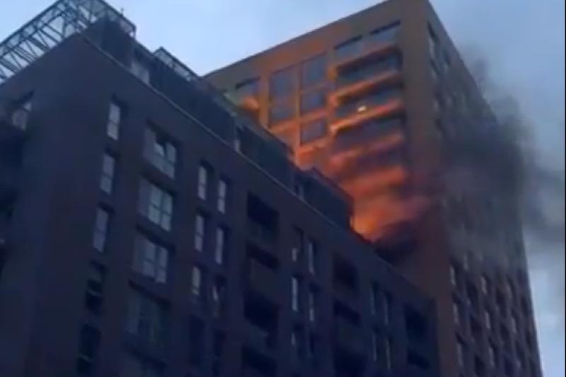 英國倫敦東南部路易斯罕區一棟20層樓高的公寓大廈14日清晨發生火災,幸好目前未傳出傷亡(截自網路)