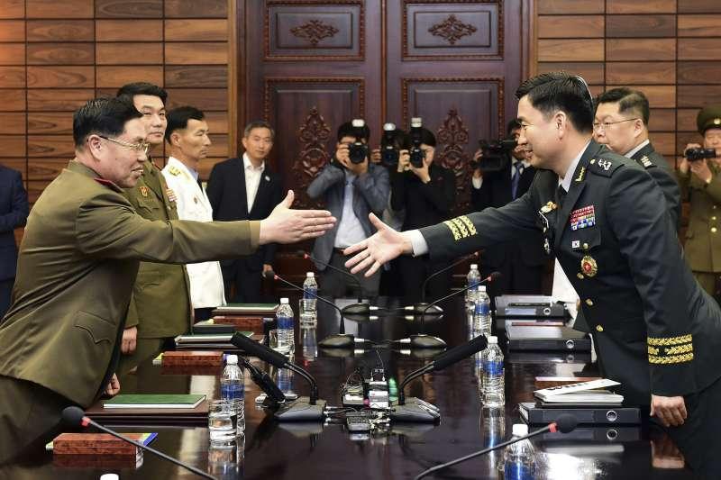 2018年6月14日,南北韓軍方在非軍事區板門店北韓一側的「統一閣」舉行第8次「將軍級軍事會談」,右為南韓首席代表金度均,左為北韓首席代表安益山(AP)