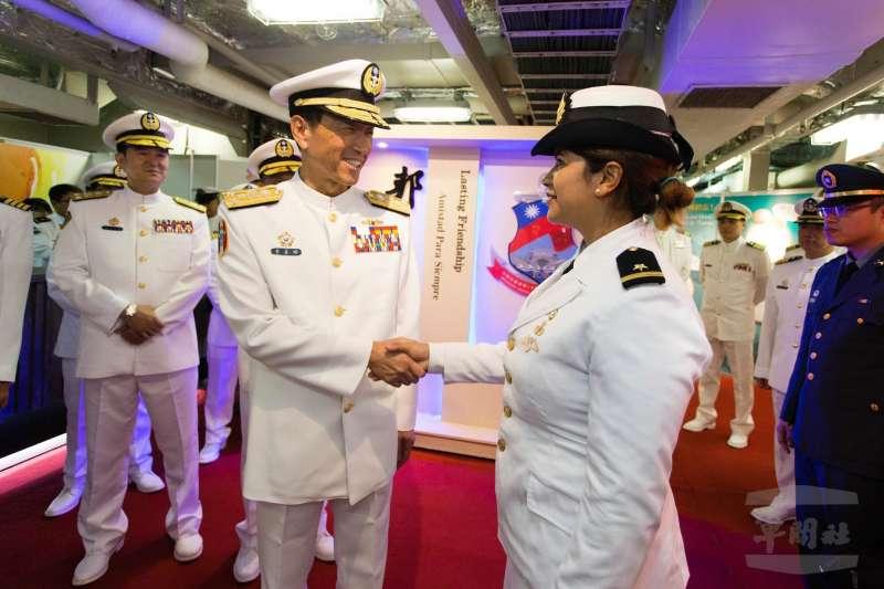 20180614_參謀總長李喜明(前左)慰問薩爾瓦多參謀總長千金(前右)的畫面。海軍敦睦艦隊。(軍聞社提供)