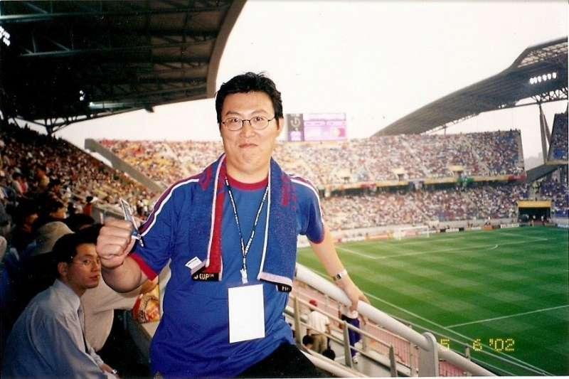 熱愛體育賽事的姚文智,今天忍不住在臉書替巴西隊加油,還翻出他2002年赴日本看世界盃的照片。(取自姚文智臉書)