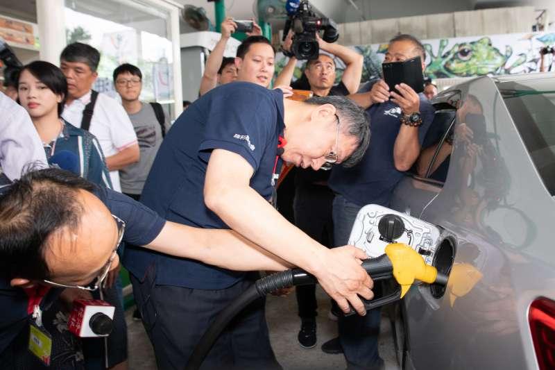 柯文哲出席「迎接新勝利 加油做公益」記者會活動,擔任一日站長(圖/台塑勝利加油站提供)