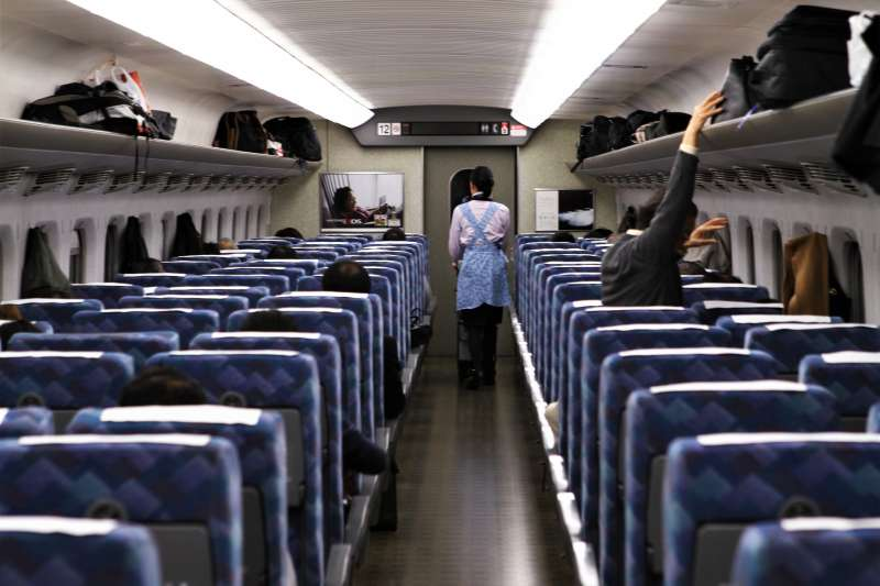很多人去日本玩有搭過新幹線,但你知道新幹線座椅的座墊,能拆下來防身嗎?(圖/GoToVan@flickr)