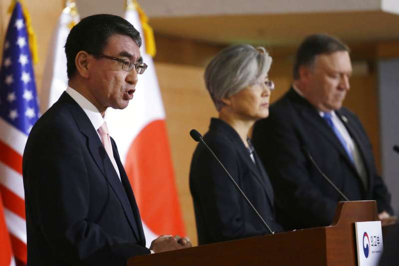 日本外務大臣河野太郎、南韓外長康京和、美國國務卿龐畢歐。(AP)