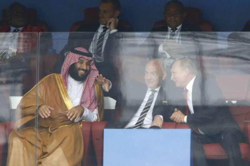 2018年6月14日,世界盃足球賽開幕戰,俄羅斯總統普京(右)、國際足球總會主席因凡蒂諾(中)與沙國王儲穆罕默德.本.薩勒曼(左)共同出席。(AP)