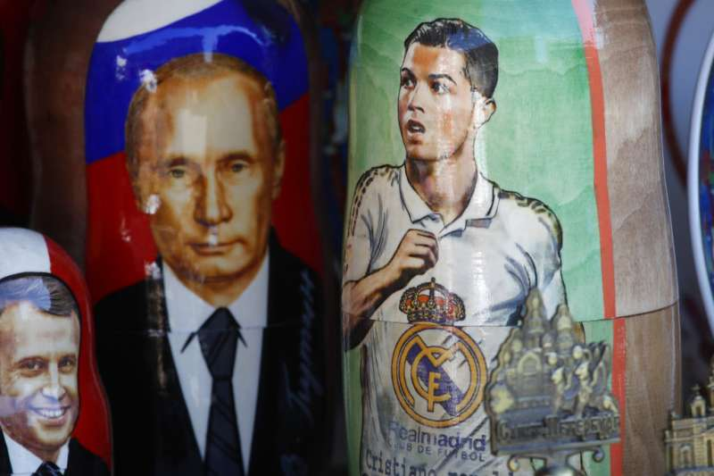 2018年6月14日,俄羅斯世足賽正式開幕,場外出現俄羅斯總統普京與葡萄牙球星C羅的俄羅斯娃娃。(AP)