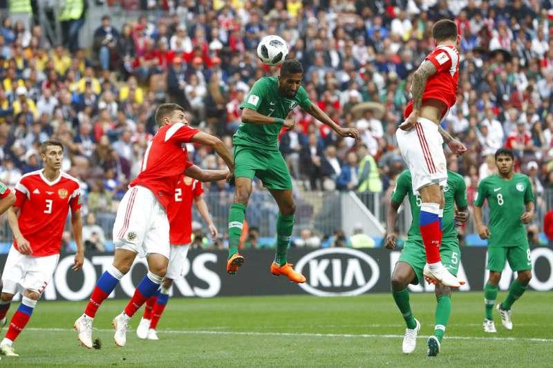 世足賽開踢,國內有線電視業者也與中華電信「開打」。(AP)