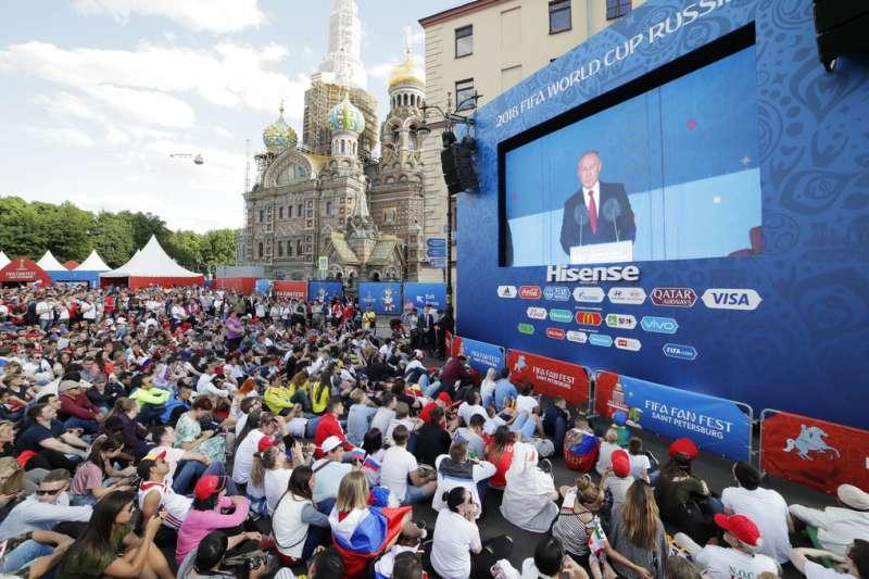 2018年6月14日,俄羅斯世足賽正式開踢,球迷觀看俄羅斯總統普京致詞。(AP)