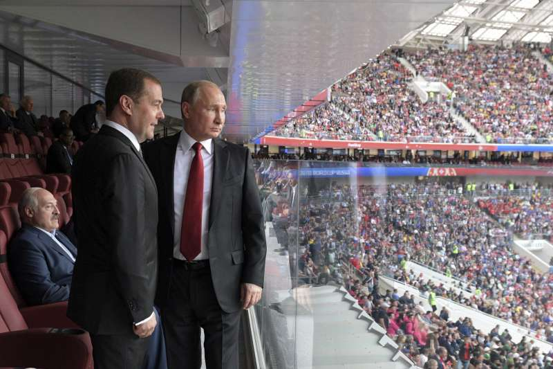 2018年6月14日,俄羅斯總統普京(右)與總理梅德維捷夫出席世界盃足球賽開幕式。(AP)