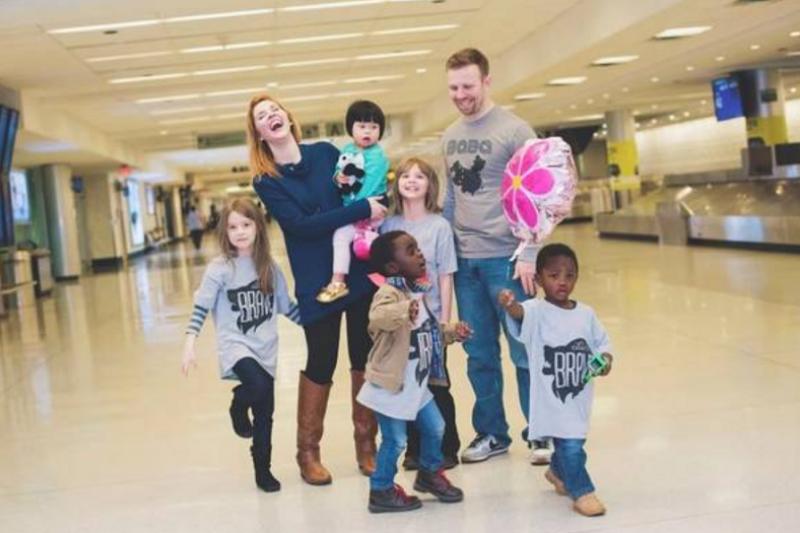 收養Rosie的美國夫婦在之前就已經收養了兩個黑人孩子。(視頻截圖)