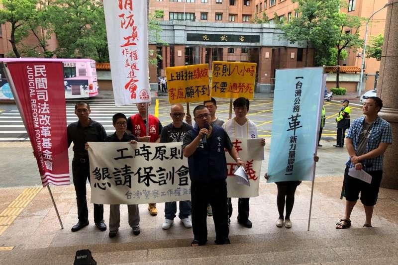 台灣警察工作權益推動協會與其他團體則為了捍衛基層警察權益,要求政府應要求普遍執行工時原則8小時,並且依修改超勤加班費核發應視加班時間加成1.33至1.66倍。(警工會提供 )