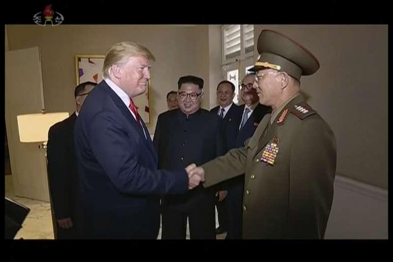 2018年6月12日「川金會」,川普北韓人民武裝力量部部長努光鐵大將,竟然先向對方舉手敬禮,然後才握手(AP)