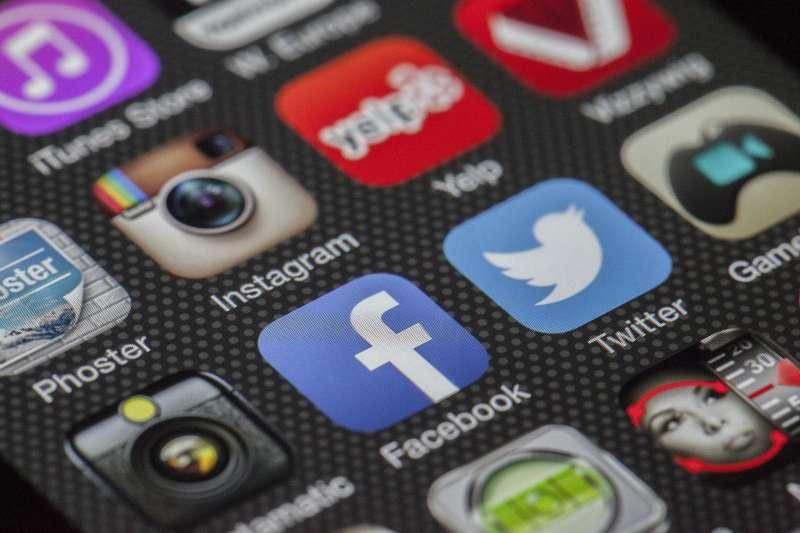 《2018數位新聞報告》指出,越來越多民眾不透過臉書獲得新聞資訊,而是透過「WhatsApp」等通訊軟體閱讀新聞(取自Pixabay)