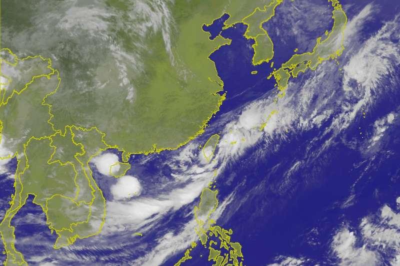 氣象局觀測,熱帶性低氣壓中心已由高雄沿岸進入台灣西南部陸地,強度減弱中。(中央氣象局)