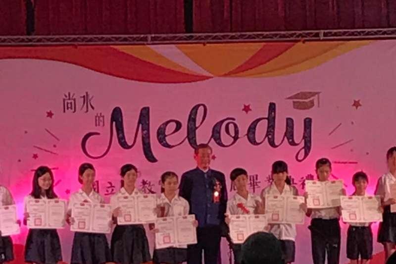 中華統一促進黨總裁「白狼」張安樂出席國立台北教育大學附設實驗小學畢業典禮,並上台頒發市長獎給畢業生。(取自Jessie Chen臉書)