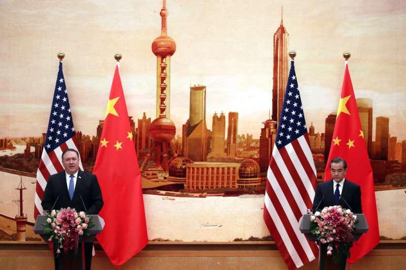 2018年6月14日,美國國務卿龐畢歐與中國外交部長王毅共同召開記者會。(AP)