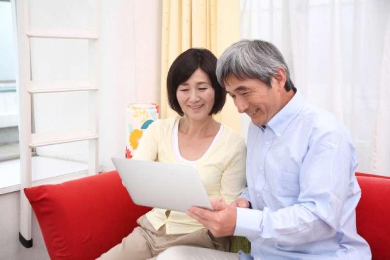 老年人跌倒後,可能長期臥床,生活無法自理。因此,預防跌倒是銀髮族養生首要之道。(示意圖非本人/photoAC)