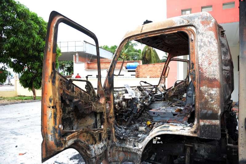 2018年6月12日,越南潘切市爆發反經濟特區抗議示威,車輛被抗議民眾燒得焦黑。(美聯社)