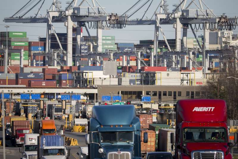 中美貿易戰6日正式開打,未來風險難料。(AP)
