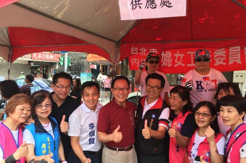 國民黨台北市長參選人丁守中上午出席國民黨內湖區黨員慶生會。(丁守中競選辦公室提供)
