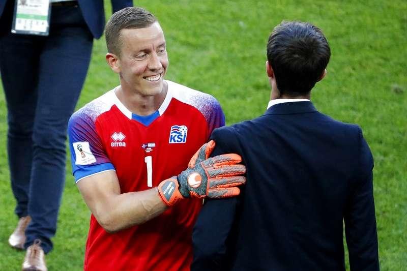 小組賽中成功擋下阿根廷球王梅西的12碼罰球,冰島門將霍多森(左)幫助冰島在世界盃首次出賽踢和阿根廷,不過在足球員身份之外,他還是名才華洋溢的導演。(美聯社)