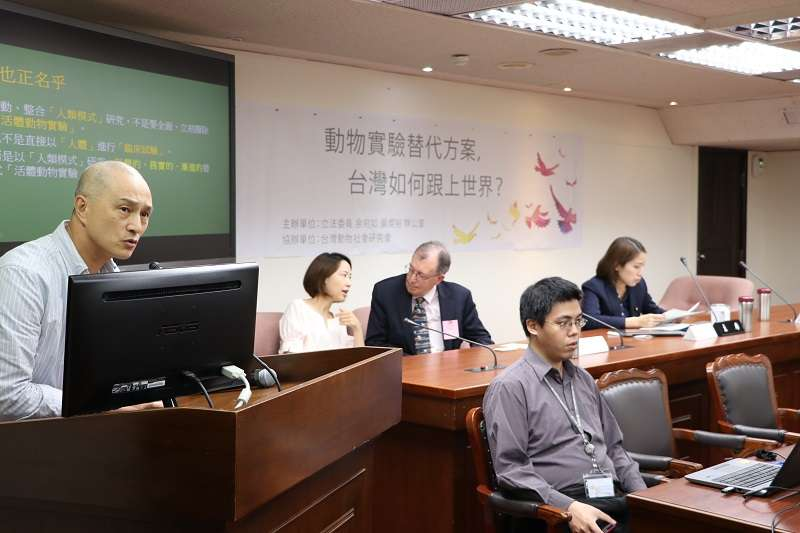 廢除動物實驗、或盡可能減量的「3R原則」已是國際趨勢,動社執行長朱增宏認為台灣還是落後國家心態,停滯不前。(圖/動物社會研究會提供)